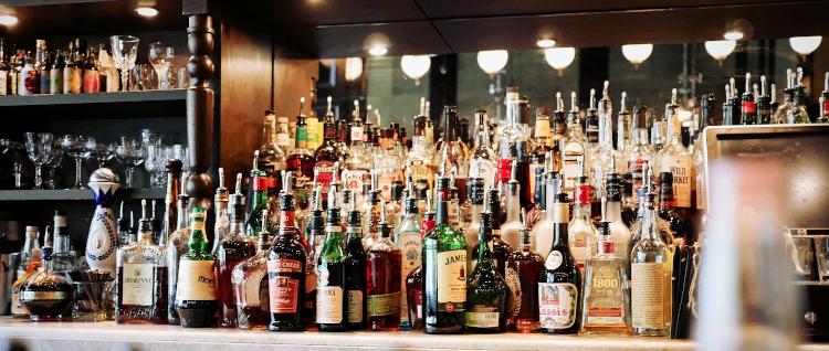Sugarbabe und Sugardaddy Verabredung in einer bar